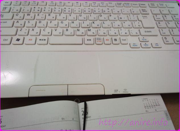 パソコンと手帳のイメージ